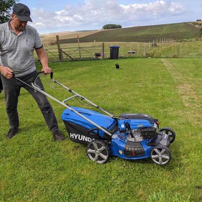 Hyundai-HYM510SP-4-Stroke-Petrol-Lawn-Mower-manouverability