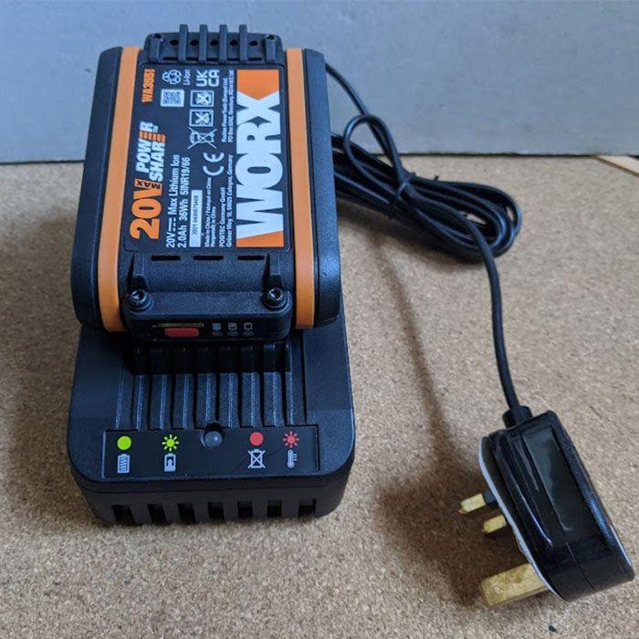 WORX-GT-3.0-Cordless-Grass-Strimmer-review-battery